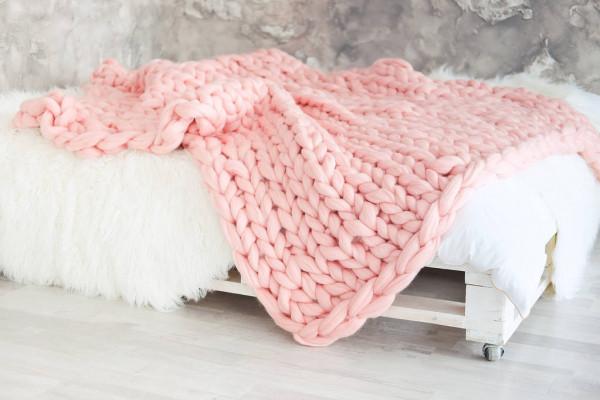 Плед крупной вязки на кровати