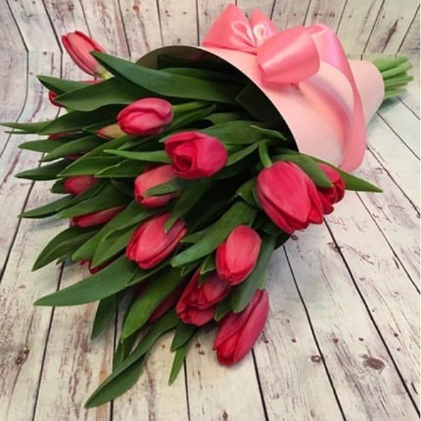 Красные тюльпаны в букете