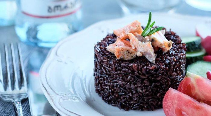 Черный рис на тарелке
