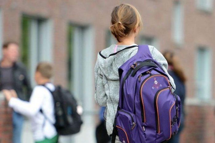 Девочка-подросток с большим рюкзаком