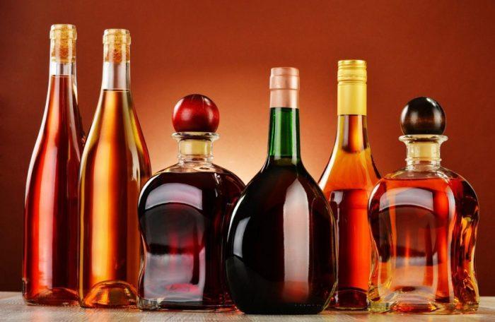 Коньяки в разных бутылках