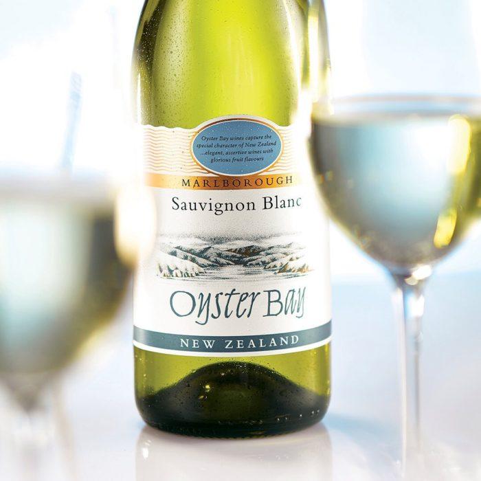 Oyster Bay Marlborough Chardonnay в бутылке и в бокалах