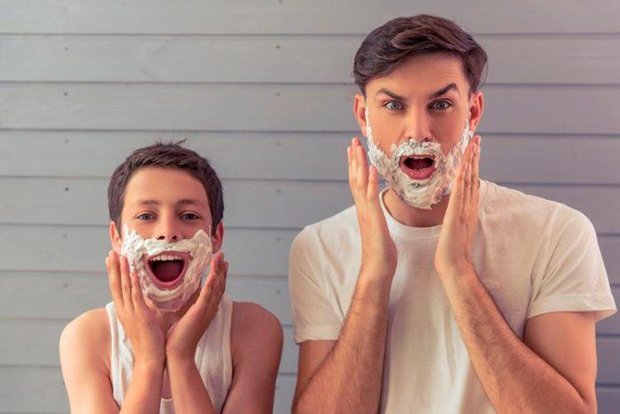 Мальчик и парень в пене для бритья
