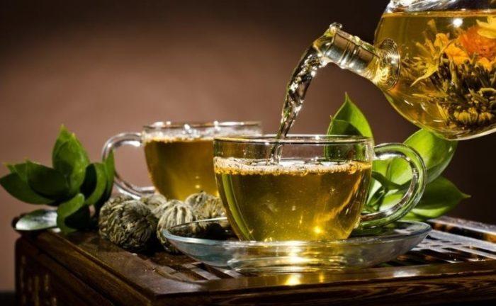 Зеленый чай разливается по чашкам