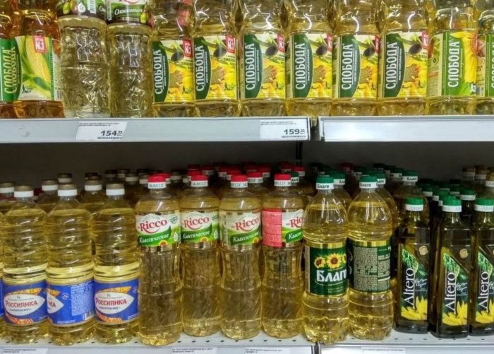 Подсолнечное масло на полках магазина