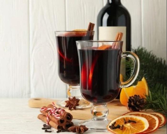 Глинтвейн в чашках и вино