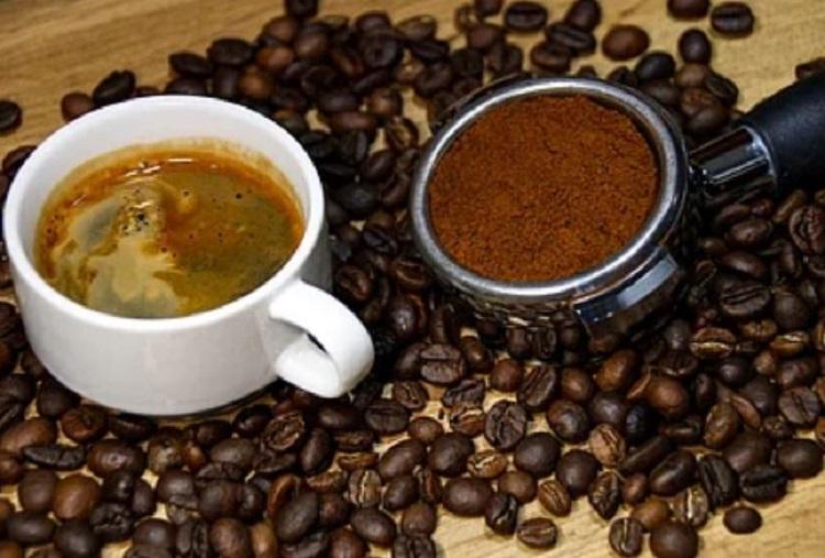 Кофе в зернах и чашка