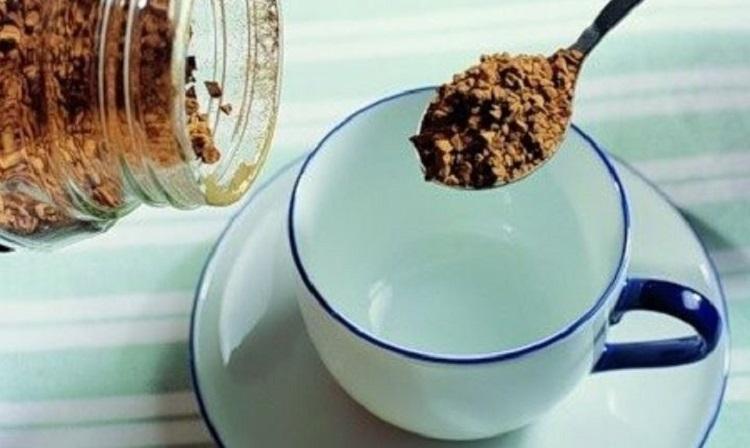 Растворимый кофе в ложке и чашка