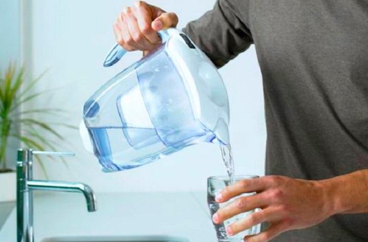 Наливание воды из фильтра-кувшина
