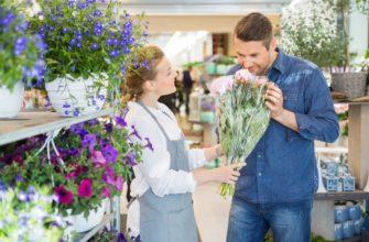 Мужчина в цветочном магазине