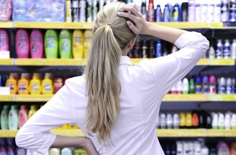 Девушка в отделе дезодорантов