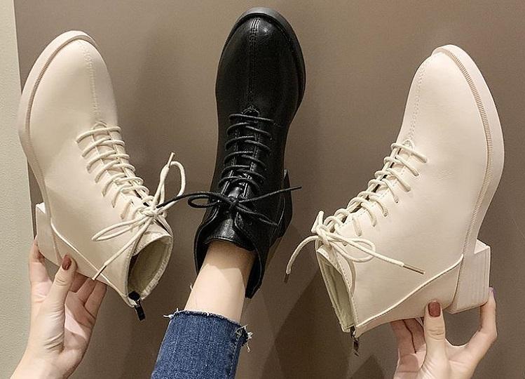 Светлые и темный ботинки