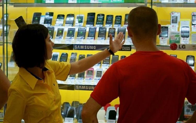 Выбор телефона в магазине