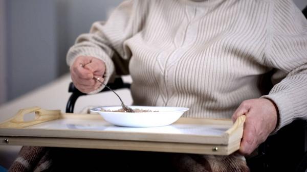 Каша в тарелке на столике