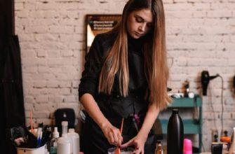 Девушка разводит краску для волос