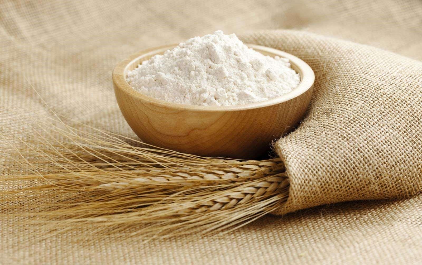 Мука и колосья пшеницы