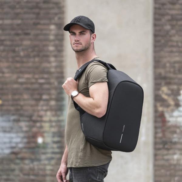 Парень с рюкзаком XD Design