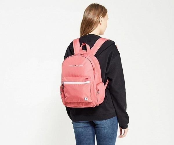 Девушка с рюкзаком Tommy Hilfiger