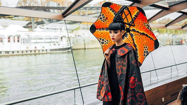 Зонт Blunt в руках модели