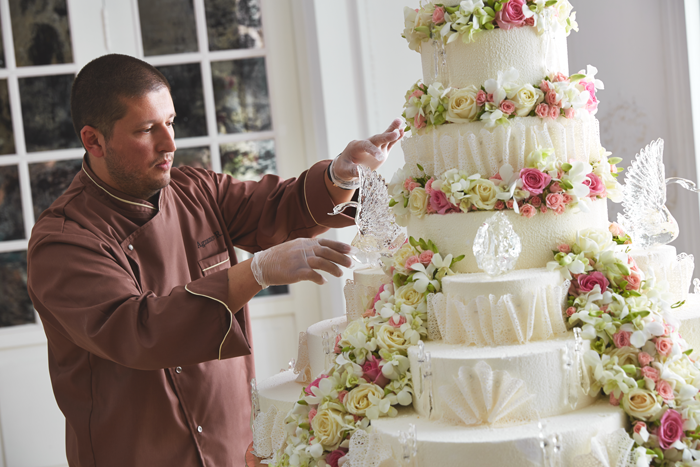 Ренат Агзамов украшает многоярусный торт