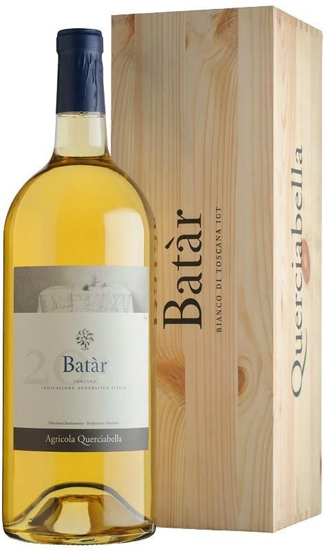 """Querciabella, """"Batar"""", Toscana IGT в бутылке рядом с подарочным деревянным ящиком"""