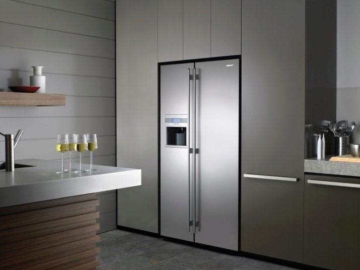 Холодильник сайд-бай-сайд в интерьере кухни