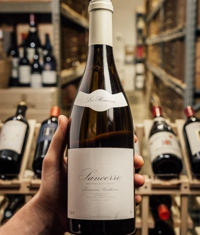 Бутылка Sancerre Les Romains от Domaine Vacheron & Fils в руке