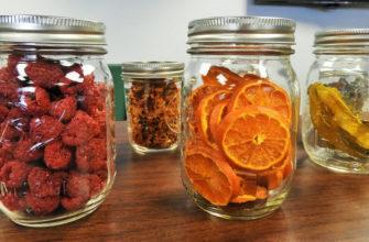 Сушеные фрукты и ягоды в банах для сыпучих